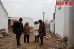 鄰居們建議家境貧寒的女大學生棄學嫁人,無助的她只能聽天由命!