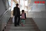 因病致貧,她憨厚老實的父親更加沉默不語了!
