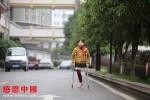車禍致殘的小女孩陽光向上,貧困山區的媽媽帶著她城市租房求學!