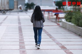 她想读完大学后去找妹妹,告诉她爸爸已经不在了!